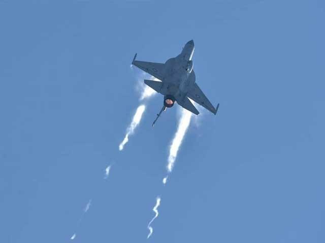 جے ایف 17 نے مختلف ممالک کی ایئر فورسز اور فضائی صنعت کے وفود کی موجودگی میں شاندار مظاہرہ پیش کیا۔ فوٹو:ایکسپریس