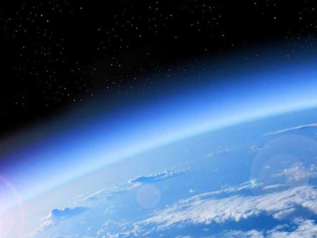 ایک نئی رپورٹ کے مطابق اوزون کی تباہ شدہ پرت تیزی سے بحال ہورہی ہے (فوٹو: فائل)