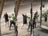پولیس کی جوابی فائرنگ سے چاقو بردار حملہ آور زخمی ہوگیا۔ فوٹو : اے اے پی