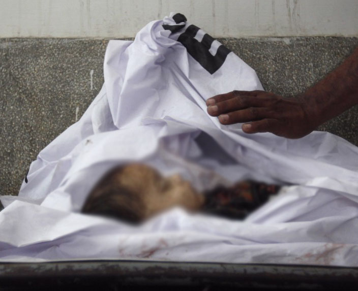 8سالہ عمیردوستوں کے ساتھ کھیل رہاتھاکہ اچانک کھمبے پرہاتھ لگتے ہی دم توڑگیا۔ فوٹو:فائل