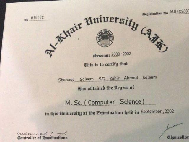 """الخیر یونیورسٹی کی جانب سے جاری کردہ اصل ڈگری """"ایریل"""" فونٹ میں ہے، ڈی جی نیب لاہور: فوٹو:طالب فریدی"""
