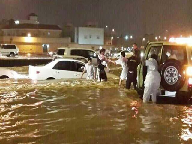 شاہراہیں تالاب کا منظر پیش کررہی ہیں۔ فوٹو : سعودی میڈیا