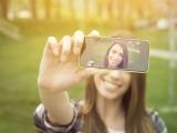 سوشل میڈیا پر تصاویر اور سیلفی پوسٹ کرنے والے افراد نرگسیت اور خود پسندی کے شکار ہوسکتے ہیں (فوٹو: فائل)