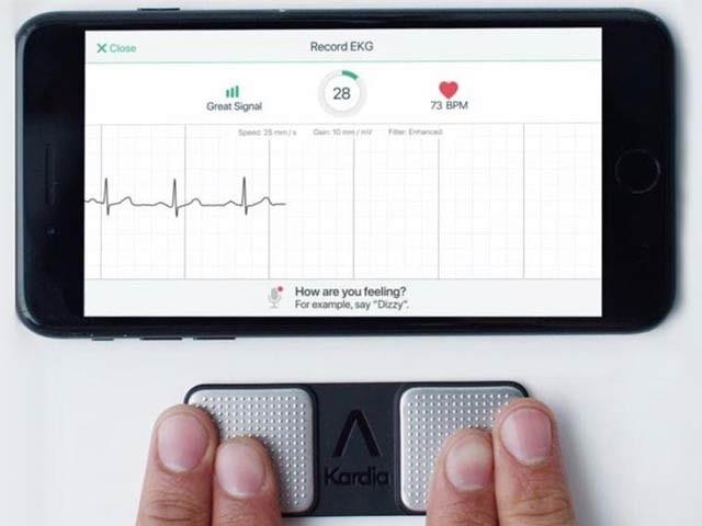 ایپ کے ساتھ دو الیکٹروڈز باری باری پورے بدن کی ریڈنگ لیتے ہیں۔ فوٹو: انٹرنیشنل میڈیکل سینٹر ہارٹ انسٹی ٹیوٹ
