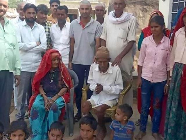 اس تصویر میں 95 سالہ بدھ رام اپنے خاندان کے ساتھ موجود ہیں۔ فوٹو: اوڈٹی سینٹرل