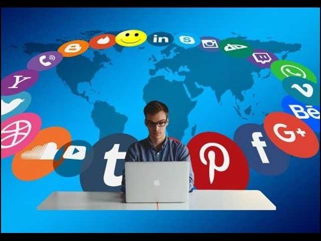 سوشل میڈیا پر ہر کسی کو اپنی رائے کے اظہار کا حق حاصل ہے، مگر اس حق کے ساتھ ساتھ کچھ ذمہ داری بھی ہے۔ فوٹو: انٹرنیٹ
