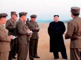کم جونگ ہتھیاروں کی ٹیسٹنگ کے دوران فوجی افسران سے بریفنگ لیتے ہوئے (فوٹو : شمالی کوریا میڈیا)