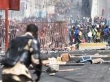مظاہرین اور پولیس کے درمیان جھڑپوں کا سلسلہ جاری ہے۔ فوٹو : فائل
