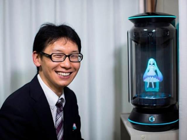 35 سالہ جاپانی شخص آکی ہائیکو نے ایک مجازی کردار سے شادی رچالی ہے اور اس پر وہ بہت خوش ہیں (فوٹو: اے پی)