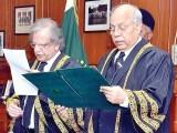 جسٹس عظمت سعید نے جسٹس گلزار سے حلف لیا۔ تقریب میں ججز، اٹارنی جنرل اور سینئر وکلا نے بھی شرکت کی۔ فوٹو: اے پی پی