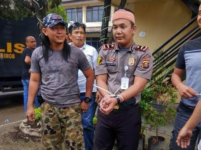 انڈونیشیا میں جعلی پولیس افسر بن کر خواتین کو ورغلانے والا نوجوان گرفتار (فوٹو: باٹم زین ون ویب سائٹ)
