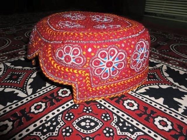 سندھی ٹوپی سندھ کے کلچر میں شامل نہیں بلکہ یہ بلوچی کلچر میں شامل ہے۔ فوٹو: انٹرنیٹ