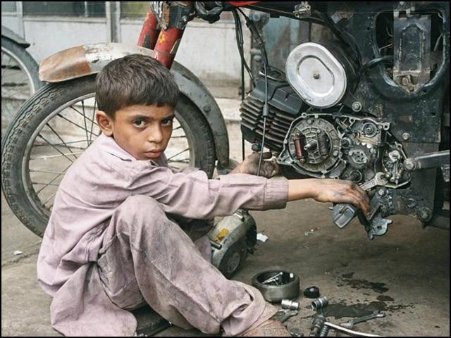 ہمارے جاگیردار نہیں چاہتے کہ رعایا تعلیم حاصل کرے؛ کیونکہ اگر وہ تعلیم یافتہ ہوگئی تو انہیں بھاری نقصان ہوگا۔ (فوٹو: انٹرنیٹ)