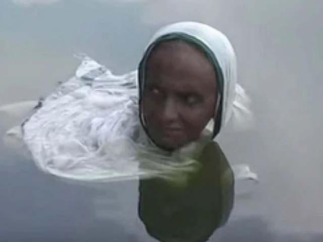 خاتون جلدی امراض میں مبتلا ہیں اور پنڈت کی تجویز پر جھیل میں ڈوبی رہتی ہیں (فوٹو : فائل)
