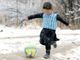 ارجنٹائنی اسٹار فٹبالر نے مرتضیٰ احمد زئی سے ملاقات بھی کی تھی مگر اب بچے کی یہی شہرت فیملی کے لیے خطرہ بن گئی۔ فوٹو: فائل