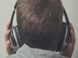 نوجوان چارجنگ پر ہیڈفون لگا کر استعمال کرتے ہوئے سوگیا تھا (فوٹو: فائل)