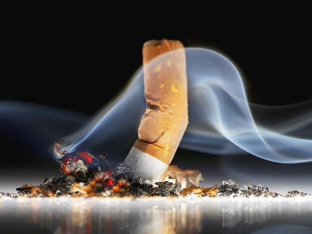 مرد سگریٹ نوشی کرے تو اس کے پھیپھڑے خراب ہوتے ہیں اور اگر سگریٹ نوشی عورت کرے تو اس کا کردار۔ (فوٹو: انٹرنیٹ)
