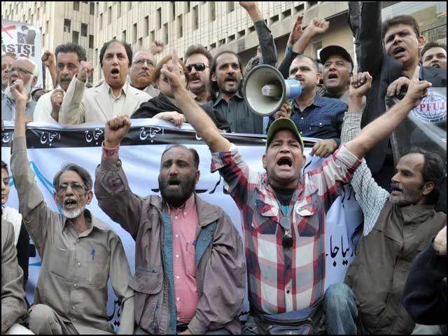 ڈاؤن سائزنگ کے نام پر صحافیوں کا معاشی قتل عام کیا جارہا ہے۔ فوٹو:انٹرنیٹ