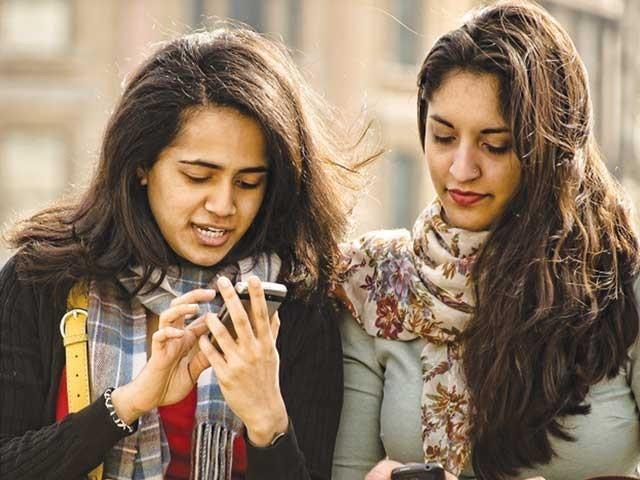 دنیا کے چونتیس ممالک میں انٹرنیٹ استعمال کرنے والے افرادروزانہ اوسطاً چھ سے نو گھنٹے تک آن لائن رہتے ہیں