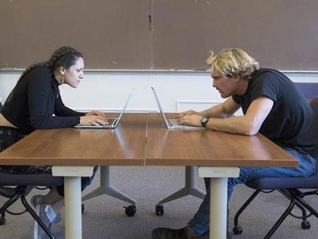 تصویر میں دو رضاکار اس پوزیشن کے ساتھ اسکرین کو دیکھ رہے ہیں جس سے مسائل پیدا ہورہے ہیں (فوٹو: سان فرانسسکو اسٹیٹ یونیورسٹی)