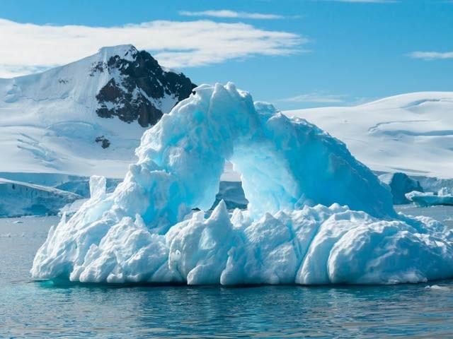 ایک نئی رپورٹ میں کہا گیا ہے کہ سمندروں کا درجہ حرارت ہماری توقعات سے زیادہ تیزی سے بڑھ رہا ہے (فوٹو: فائل)