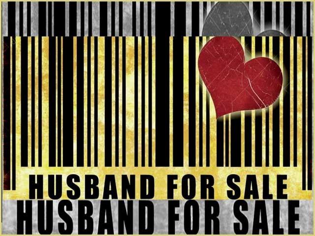 ایک خاتونا اپنے خاوند کو ''استعمال شدہ شوہر برائے فروخت'' کی سُرخی کے ساتھ نیلام کرنے لے آئیں