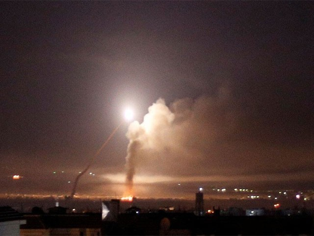 اسرائیلی جنگی طیاروں نے فضائی حملے میں دمشق ائرپورٹ کے ایک گودام کو نشانہ بنایا فوٹو:فائل