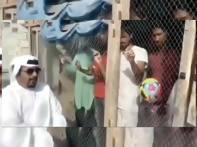 دبئی میں ایک شخص اپنے ملازمین کو پنجرے میں قید کرتا اور ان سے پوچھتا ہے کہ کون سی ٹیم جیتے گی