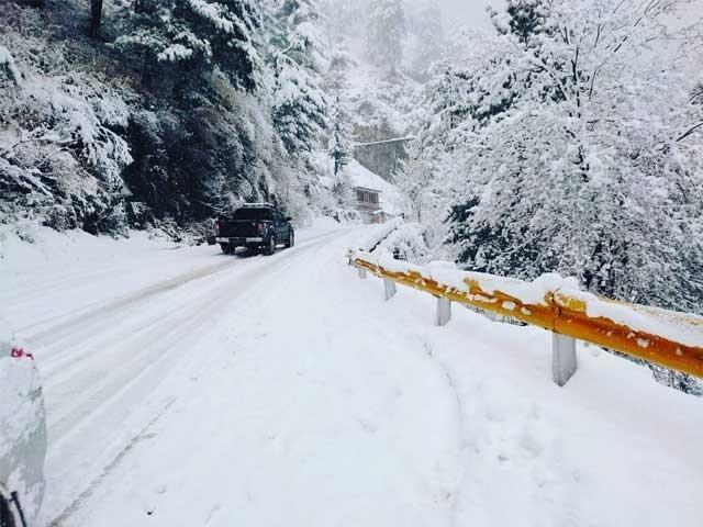 شدید برف باری کے باعث مواصلاتی نظام درہم برہم اور سڑکوں پر شدید ٹریفک جام ہوگیا فوٹو:سوشل میڈیا
