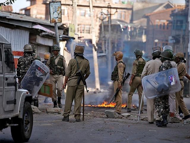 بھارتی فوج کی مظاہرین کو روکنے کے لیے آنسو گیس کے شیلنگ۔ فوٹو : فائل
