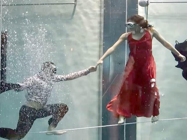 روسی جوڑے نے کسی آکسیجن اور مدد کے بغیر پانی کے اندر طویل ترین وقت کے لیے رقص کرکے ایک نیا ریکارڈ قائم کردیا ہے۔ فوٹو: بشکریہ مرینا فیس بک پیج