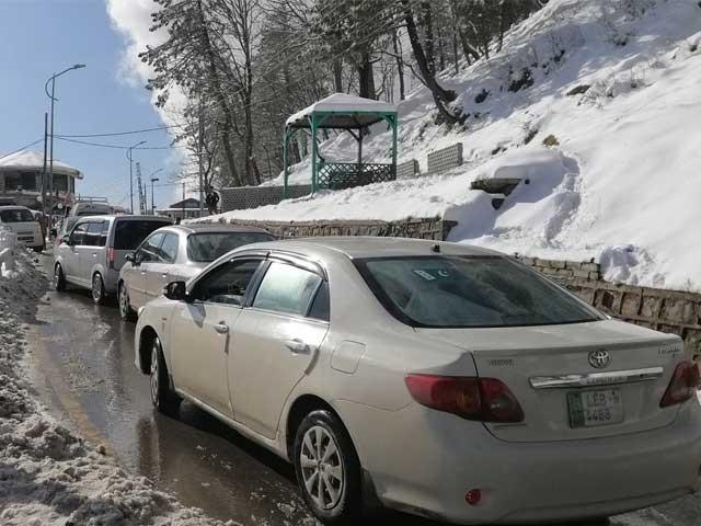 گلگت اسلام آباد پروازیں معطل، کاغان میں 15 سالہ ریکارڈ ٹوٹ گیا، اسلام آباد کے نواح میں بھی برف باری، میدانی علاقوں میں شدید دھند