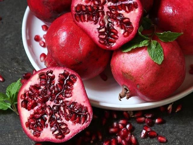 امریکی ماہرین نے ثابت کیا ہے کہ انار معدے اور آنتوں کے السر اور دیگر کئی امراض کا شافی علاج ہے (فوٹو: فائل)
