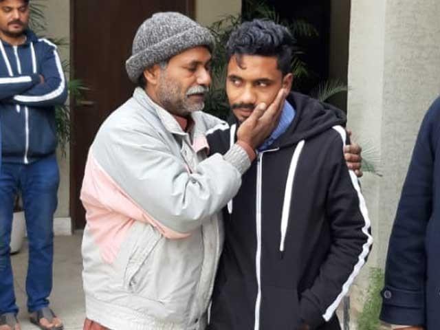 اسپیشل برانچ راولپنڈی نے بچے کے والد کو جہلم سے ڈھونڈ کر بیٹے سے ملا دیا، ڈی ایس پی :فوٹو:ایکسپریس