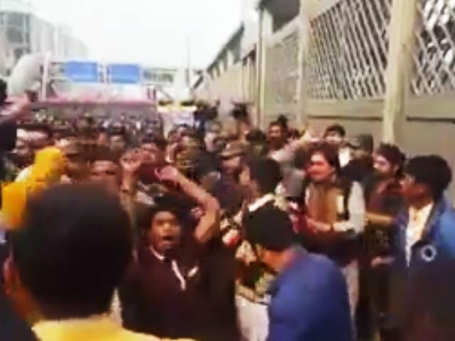 مظاہرین نے پولیس ٹیم سے بات کرنے سے انکار کردیا اور انہیں دھکے دے کر روانہ کردیا ۔ فوٹو : اسکرین گریب