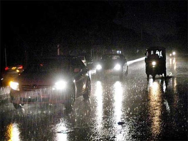 بارش کے باعث مختلف سڑکوں پر پانی جمع ہوگیا جب کہ متعدد علاقوں میں بجلی کی فراہمی معطل ہوگئی (فوٹو: فائل)