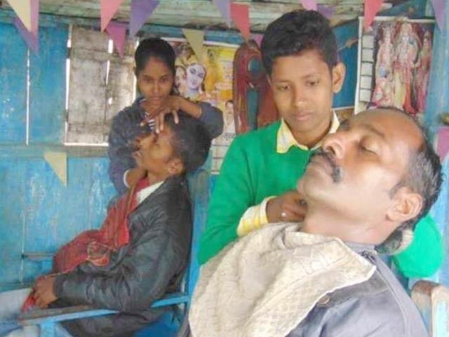 بھارت میں دو کم سن بہنیں لڑکوں کا روپ دھار کر اپنے والد کی حجام کی دکان پر کام کررہی ہیں۔ فوٹو: گلف نیوز