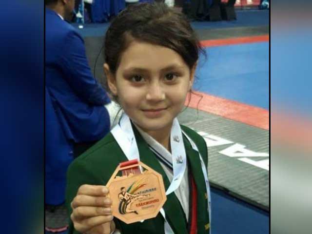 عائشہ نےکم عمر تائیکوانڈو کھلاڑی ہونے کا اعزاز حاصل کیا: فوٹو: احتشام بشیر