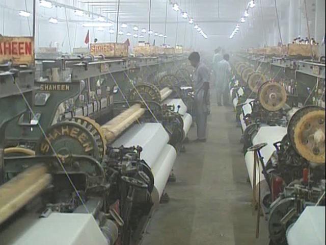 فیصل آباد میں پاورلومز فیکٹریاں 1960 کی دہائی میں قائم ہوئیں، فوٹو: ایکسپریس