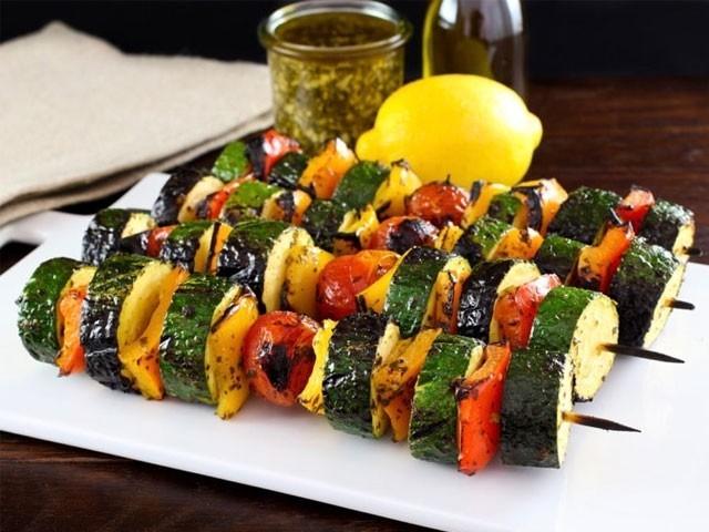 سبزیوں اور لیموں کے استعمال سے پتے اور گردے کی پتھریوں کا خطرہ کم ہوجاتا ہے۔ فوٹو: فائل