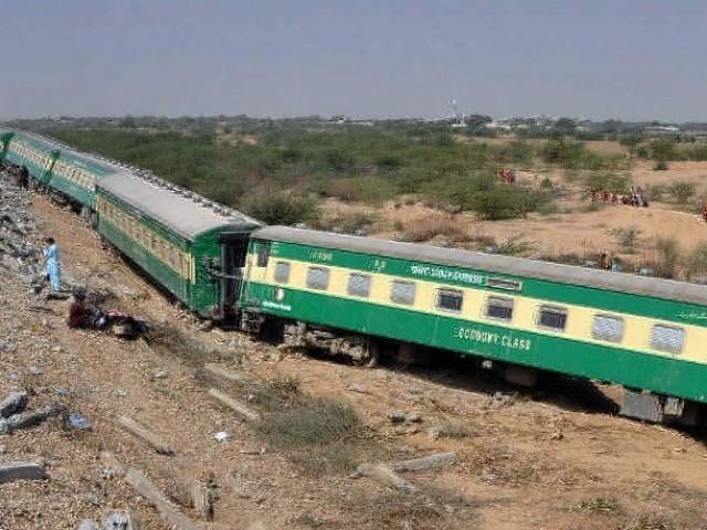 ریلوے اسٹیشن قریب ہونے کی وجہ سے ٹرین کی رفتار کم تھی جس کے باعث تمام مسافر محفوظ رہے ۔ فوٹو : فائل