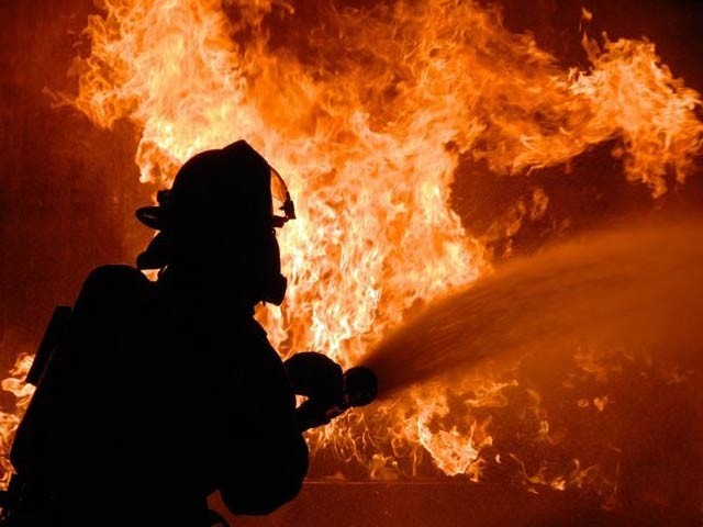 ٹیکسٹائل مل کے گودام میں گزشتہ رات 9 بجے لگنے والی آگ پر تاحال قابو نہیں پایا جاسکا، ترجمان فائربریگیڈ۔ فوٹو: فائل