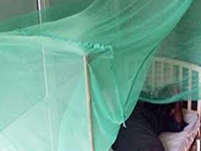اورنگی کی رہائشی 35 سالہ تعظیم فیضان کوخون کی الٹیاں ہورہی ہیں۔ فوٹو: فائل