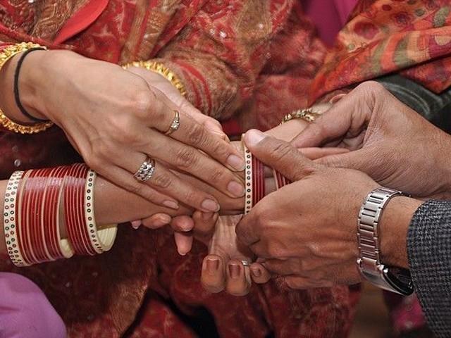 70 سالہ محمد مصطفیٰ کی شادی 28 سالہ نجمہ بی بی سے ہوئی تھی فوٹو:فائل