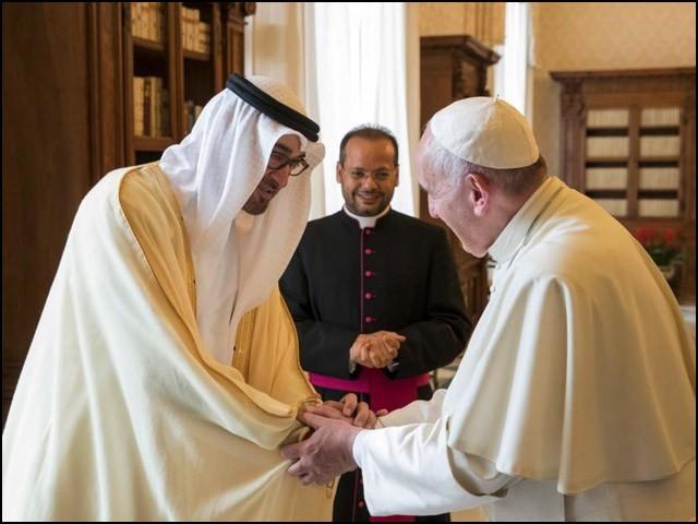 حالیہ دنوں پاپائے روم مسیحی دنیا کے ایسے واحد رہنما ہیں جو گزشتہ آٹھ سو برس میں پہلے پوپ ہیں کہ جو کسی عرب سرزمین پر آئے ہیں۔ (فوٹو: انٹرنیٹ)