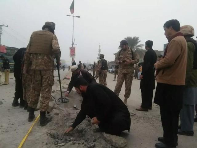 نامعلوم افراد نے بم حملے میں گشت پر مامور سیکیورٹی فورسز کے دستے کو نشانہ بنایا فوٹو:فائل