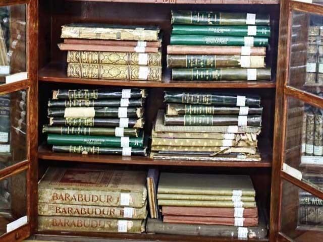 لائبریری میں موجو سیکڑوں کتابوں کوپی ڈی ایف فارمیٹ میں محفوظ کیاجاچکا ہے فوٹو: فائل