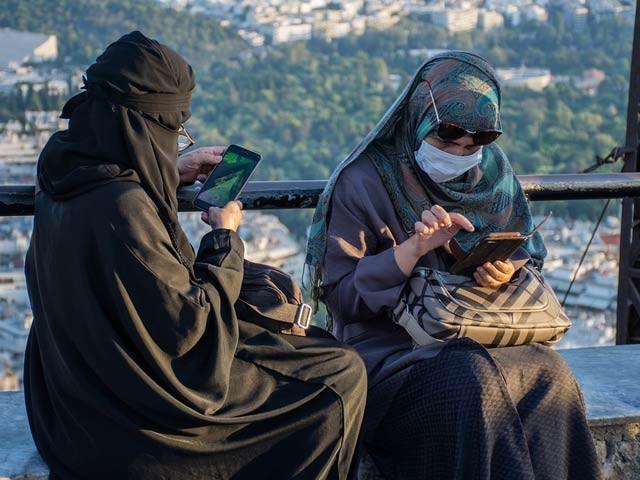 سعودی عرب میں ابشر نامی ایپ کے ذریعے گھر کے سربراہ زیرِ کفالت خواتین کی نقل و حمل پر نظر رکھ سکیں گے۔ فوٹو: فائل