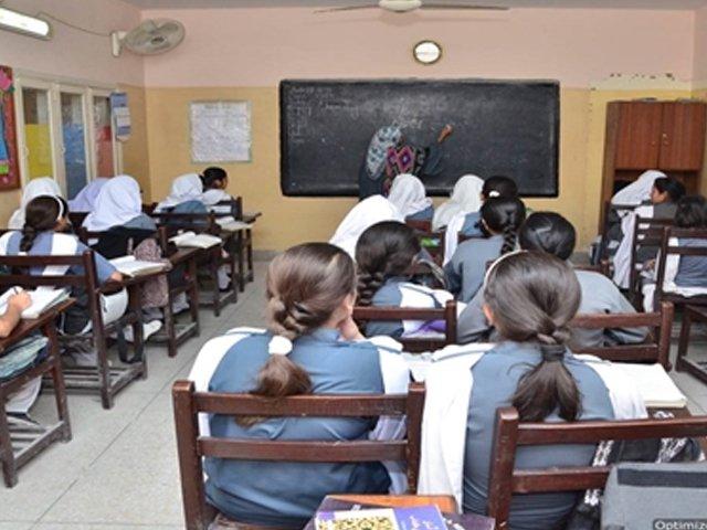 سرکاری اسکولوں کا پانچویں اورآٹھویں جماعت کا لینگویج، سائنس اور ریاضی کا ٹیسٹ آئی بی اے سکھر یونیورسٹی کے تحت لیا گیا تھا۔ فوٹو : فائل