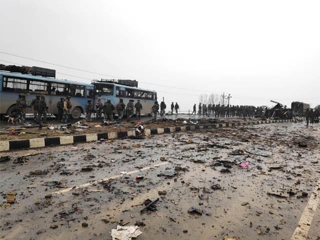 خود کش حملہ آور نے بارود سے بھری کار بھارتی سیکیورٹی فورس کے قافلے سے ٹکرادی ۔ فوٹو : رائیٹرز